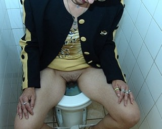 Omaseks Give that mature slut a golden shower