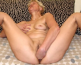 Mature pissing-mature Mama just loves the taste of fresh piss